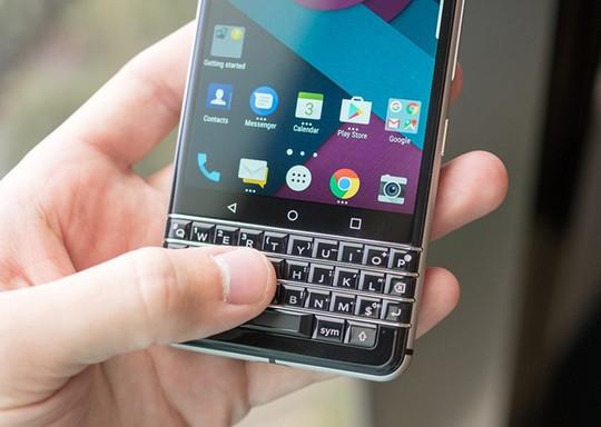 Không như bản BlackBerry Priv, máy có bàn phím cố định, hỗ trợ cảm ứng để người dùng vuốt cuộn trang.
