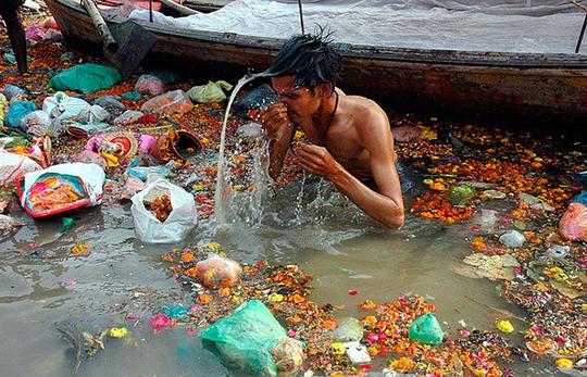 Người dân tắm gội trên sông Hằng đầy rác ở Ấn Độ. Ảnh: Gangaaction.org
