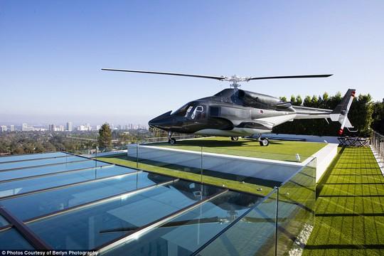 Bãi đáp trực thăng trên mái nhà. Ảnh: Berlyn Photography