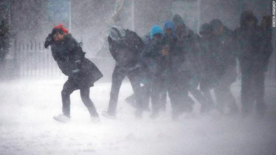 Người dân ở TP Boston, bang Massachusetts bị ảnh hưởng bởi bão tuyết. Ảnh: AP