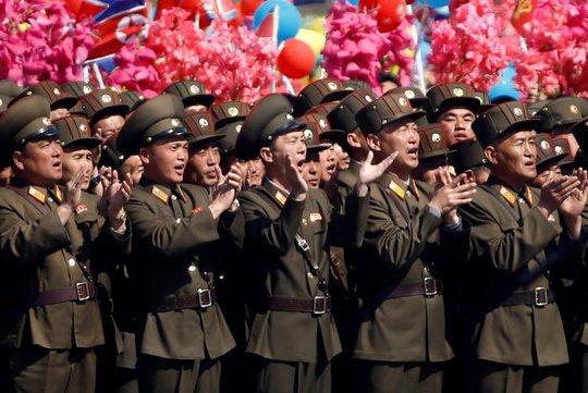 Các binh sĩ vỗ tay reo hò. Ảnh: Reuters