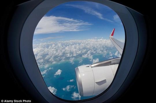 Những món đồ có thể cứu mạng khách đi máy bay - Ảnh 7.