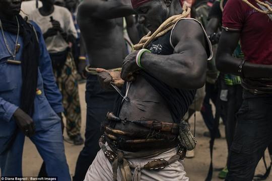 Để được kết hôn, nam thanh niên Senegal sống trong rừng một tháng - Ảnh 7.