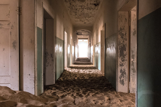 Vẻ kỳ bí của thị trấn bỏ hoang bị sa mạc nuốt chửng - Ảnh 7.