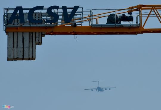Máy bay vận tải đoàn Tổng thống Donald Trump đến Hà Nội - Ảnh 7.