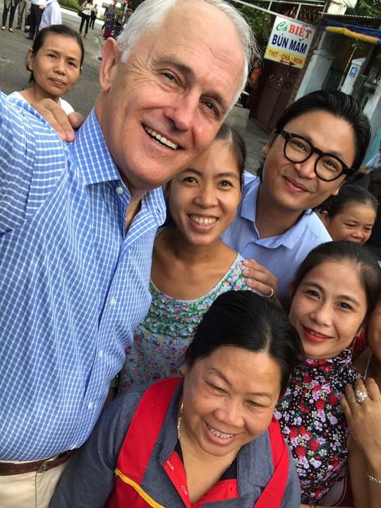 Thủ tướng Úc thích thú thưởng thức bánh mì vỉa hè Đà Nẵng - Ảnh 6.