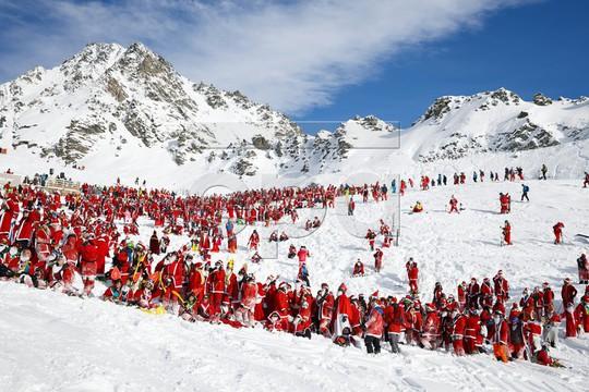 Bắt gặp hàng ngàn ông già Noel vui vẻ trên núi Alps - Ảnh 7.