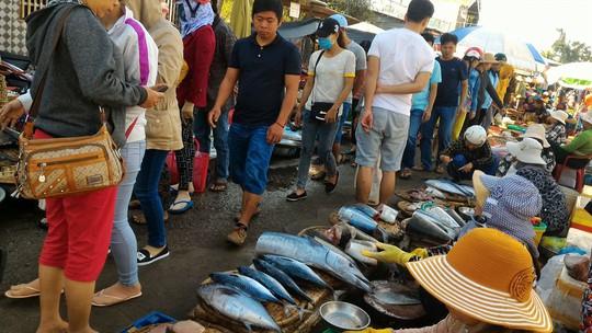 Những dãy cá được bày la liệt, người mua tha hồ lựa chọn