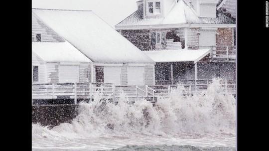 Dọc bờ biển bang Massachusetts, cơn bão tuyết gây ra những đợt sóng mạnh. Ảnh: AP