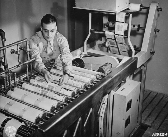 Những cuộn giấy trước khi được in hình ảnh trên thư đang được sản xuất, rửa qua, và sấy khô theo dây chuyền.