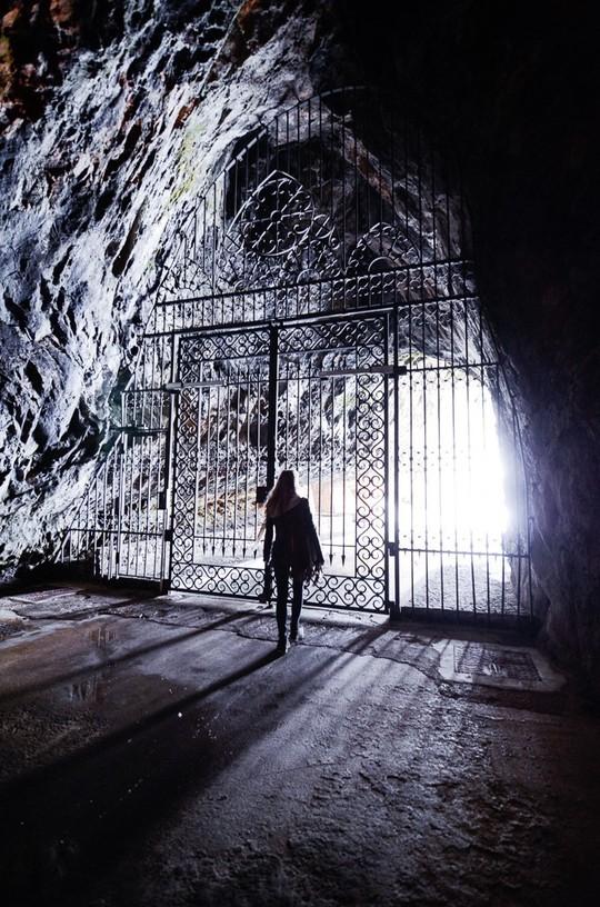 Lâu đài cổ tích nằm trong vách đá - Ảnh 8.
