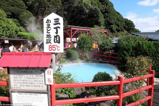 Thị trấn lúc nào cũng sôi sùng sục ở Nhật Bản - Ảnh 8.