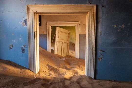 Vẻ kỳ bí của thị trấn bỏ hoang bị sa mạc nuốt chửng - Ảnh 8.