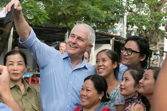 Thủ tướng Úc thích thú thưởng thức bánh mì vỉa hè Đà Nẵng - Ảnh 7.