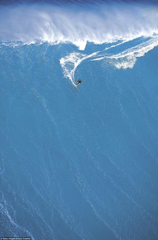 Choáng ngợp với những con sóng khổng lồ tuyệt đẹp nhưng cũng đầy hăm dọa - Ảnh 8.