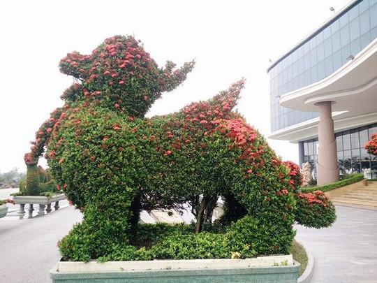 """Những linh vật """"khủng"""" tạo hình từ hàng trăm cây hoa mẫu đơn - Ảnh 8."""
