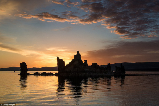 Hình thành 760.000 năm trước, hồ Mono là một trong những khu nghỉ mát tự nhiên đẹp nhất ở California, Mỹ