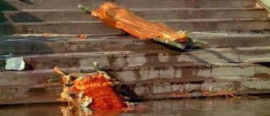 Thậm chí nhiều thi thể được thả trôi trên sông Hằng. Ảnh: Acenewsdesk