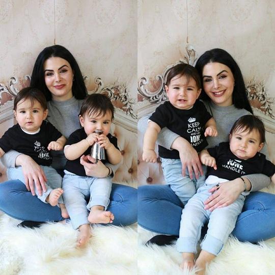 Người mẹ tuyệt vời bên hai cậu con trai cưng vào ngày sinh nhật tròn 1 tuổi.