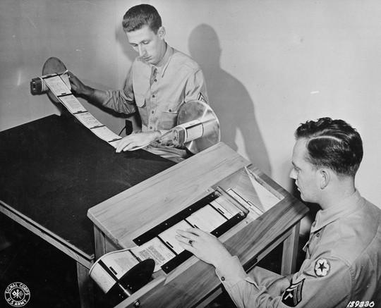 Sau đó, các cuộn sẽ được cắt thành các phần nhỏ hơn để tiện cho người đọc dễ dàng theo dõi bằng một máy cắt giấy đặc biệt.