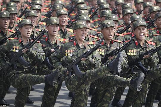 Binh sĩ Triều Tiên hô vang khẩu hiệu trong lúc diễu binh. Ảnh: AP