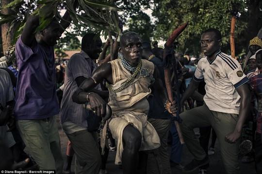 Để được kết hôn, nam thanh niên Senegal sống trong rừng một tháng - Ảnh 9.