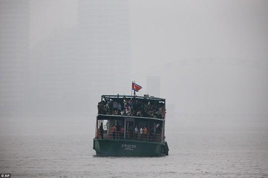 Mặc thế giới, dân Triều Tiên vui tươi đi du thuyền - Ảnh 4.