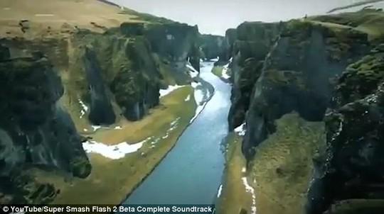Hãi hùng du khách mạo hiểm đi trên gờ vách núi tử thần - Ảnh 4.