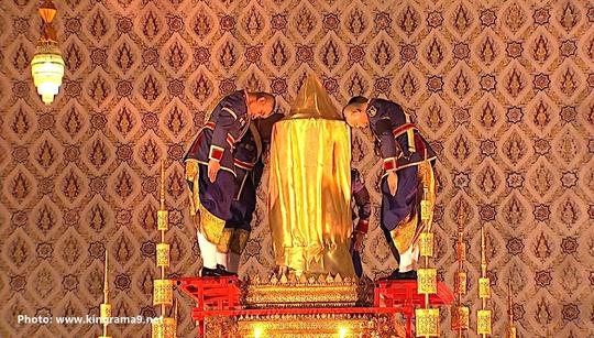 Thái Lan: Thi hài cố quốc vương được đưa vào tháp hỏa táng - Ảnh 19.