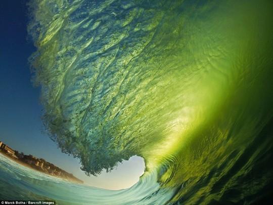 Choáng ngợp với những con sóng khổng lồ tuyệt đẹp nhưng cũng đầy hăm dọa - Ảnh 9.