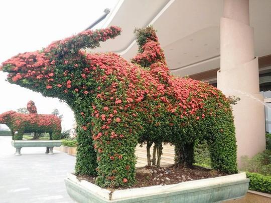"""Những linh vật """"khủng"""" tạo hình từ hàng trăm cây hoa mẫu đơn - Ảnh 9."""