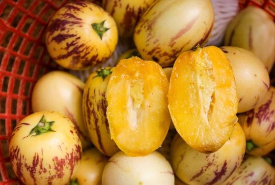 Quả dưa Pepino có vị ngọt dịu, khi chín, trái có màu vàng sọc tím.