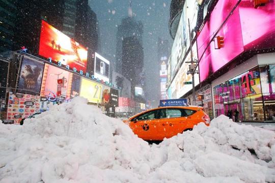 Tuyết phủ dày đặc trên một con đường ở khu vực Đông Bắc Mỹ. Ảnh: AP
