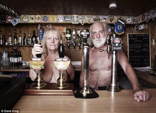 Bà Tina và và chồng trong một quán rượu ở Spielplatz