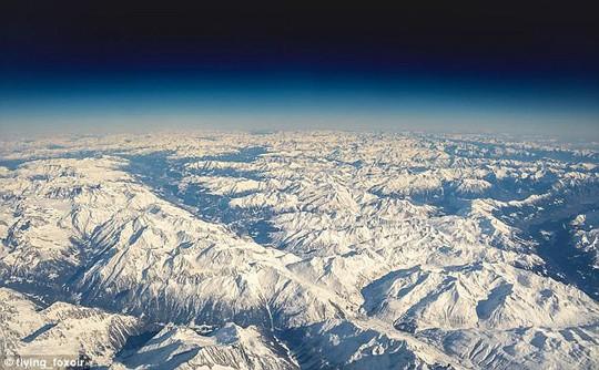 Ảnh châu Âu từ trên cao cực đẹp do phi công chụp từ buồng lái máy bay - Ảnh 10.