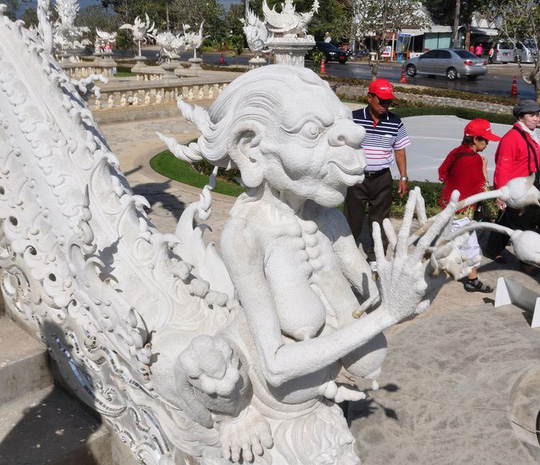 Khám phá ngôi đền trắng kỳ dị ở Thái Lan - Ảnh 9.