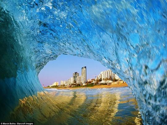 Choáng ngợp với những con sóng khổng lồ tuyệt đẹp nhưng cũng đầy hăm dọa - Ảnh 10.