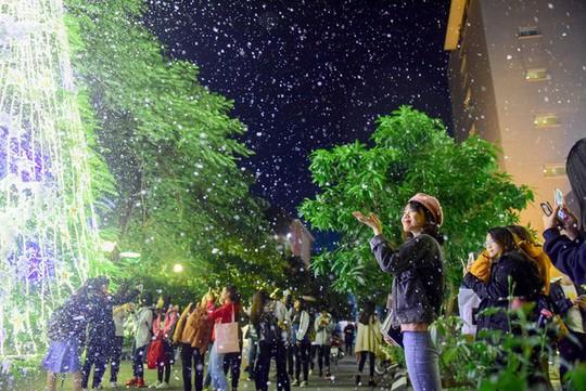 Bạn trẻ thích thú với tuyết rơi giữa Hà Nội - Ảnh 10.