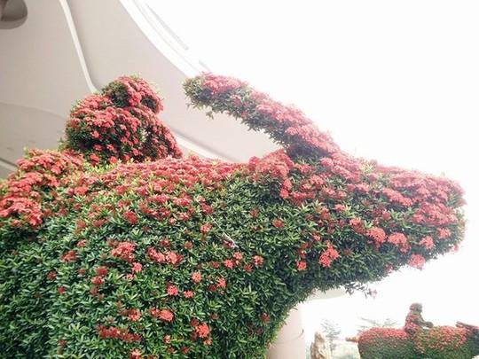 """Những linh vật """"khủng"""" tạo hình từ hàng trăm cây hoa mẫu đơn - Ảnh 10."""