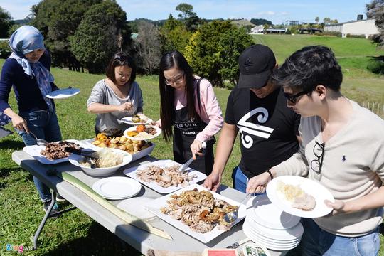 Nướng thịt bằng cách chôn xuống đất ở New Zealand