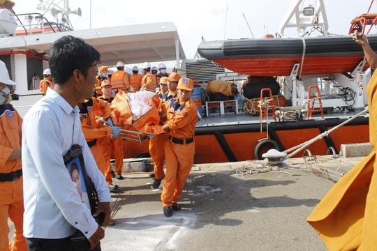 Thi thể các thuyền viên được đưa về nhà trong chiều 1-4