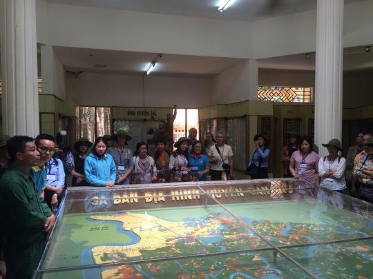 Các đại biểu tham quan Bảo tàng Khu Di tích lịch sử Căn cứ Rừng Sác