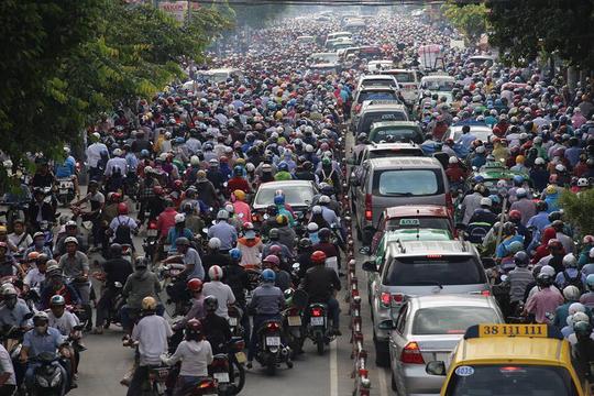 Lượng xe đông, đường phố chật hẹp, đặc biệt phải di chuyển bên cạnh xe ô tô, xe container càng khiến người điều khiển xe máy luôn bị đặt vào tình thế rủi ro bất cứ lúc nào