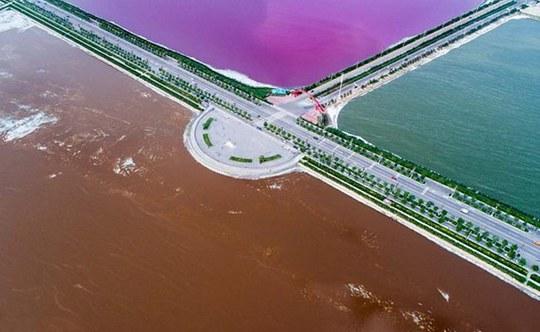 """""""Biển chết Trung Quốc"""" hóa nửa hồng, nửa xanh - Ảnh 2."""