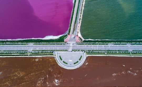 """""""Biển chết Trung Quốc"""" hóa nửa hồng, nửa xanh - Ảnh 1."""