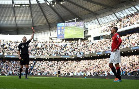 Trọng tài khắc tinh của M.U thổi trận derby Manchester - Ảnh 2.
