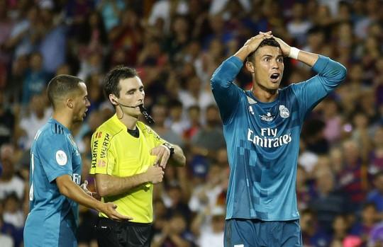 Đẩy trọng tài, Ronaldo đối mặt với án phạt - Ảnh 1.