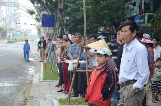 Người dân Đà Nẵng tập trung đông đảo 2 bên đường để theo dõi đoàn xe