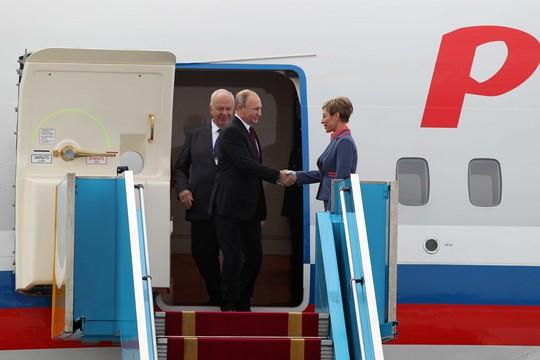 Ông Putin lịch sự bắt tay tiếp viên hàng không