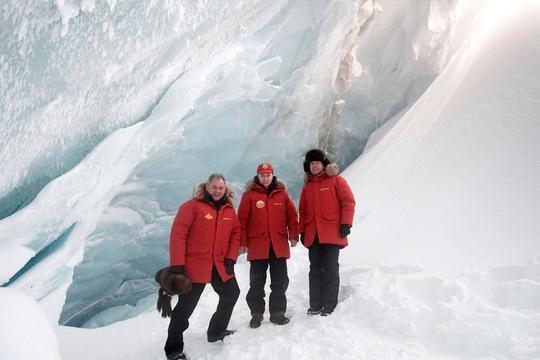 Từ trái qua: Bộ trưởng Quốc phòng Nga Sergei Shoigu, Tổng thống Vladimir Putin và Thủ tướng Dmitry Medvedev ở Bắc Cực hôm 29-3Ảnh: REUTERS